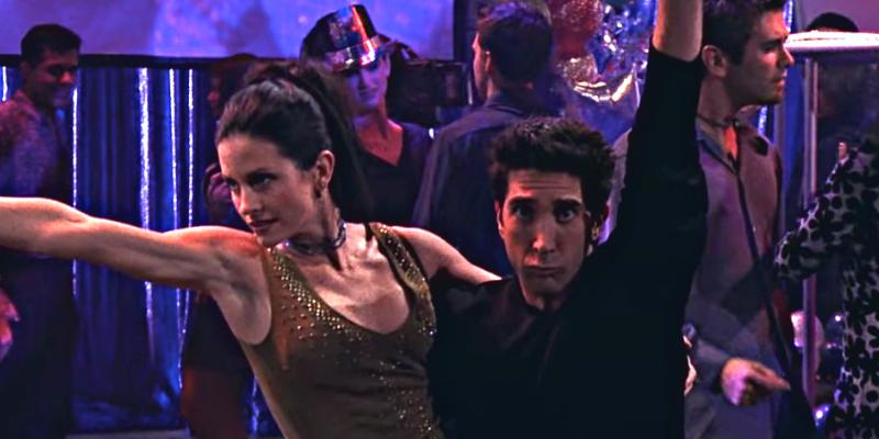 Ross et Monica dansent la routine dans Friends